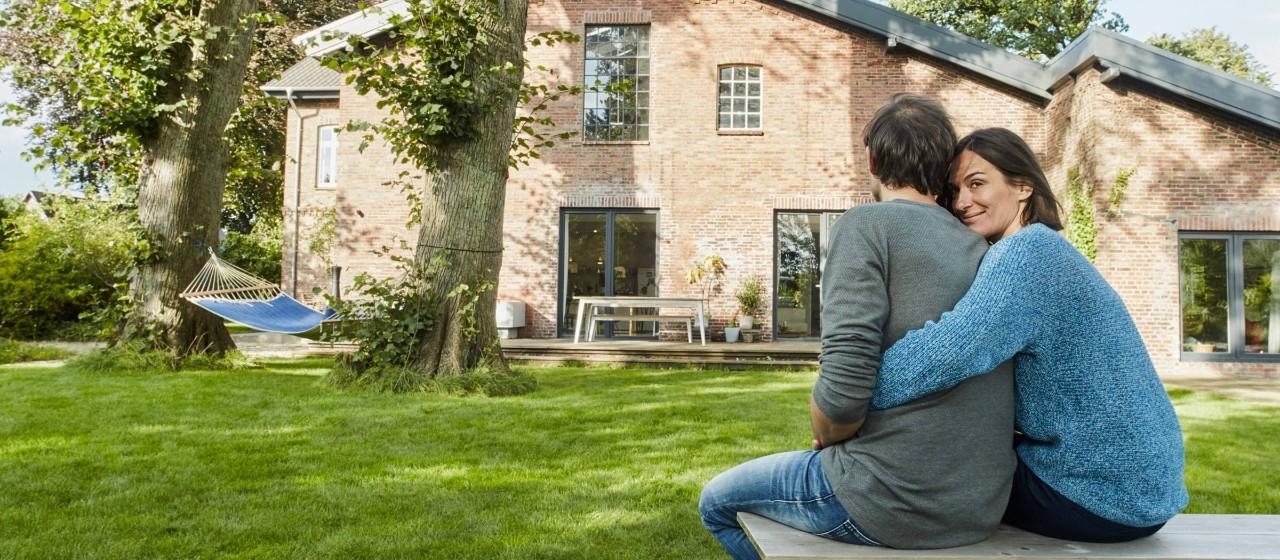 Frau sitzt mit Tablet auf Sofa