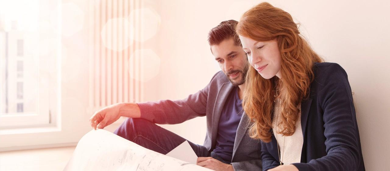 Junges Paar mit Wohnungplan