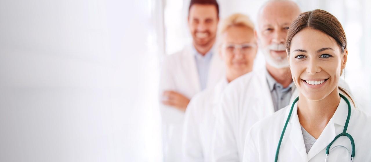 Zahnarzt zeigt zwei Frauen einen Abdruck