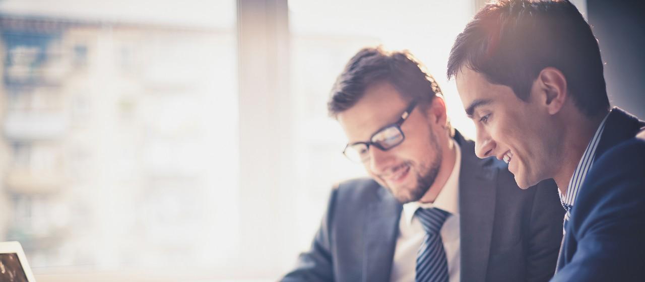 Zwei Männer in Businessoutfit prüfen etwas